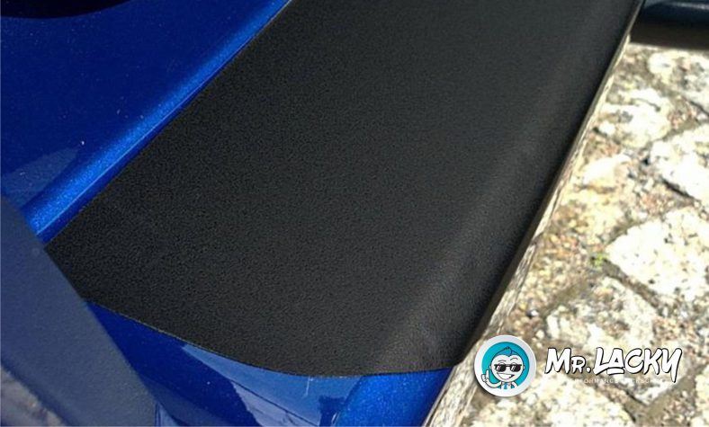 Lackschutzfolie als Ladekantenschutz - selbstklebend in schwarz matt